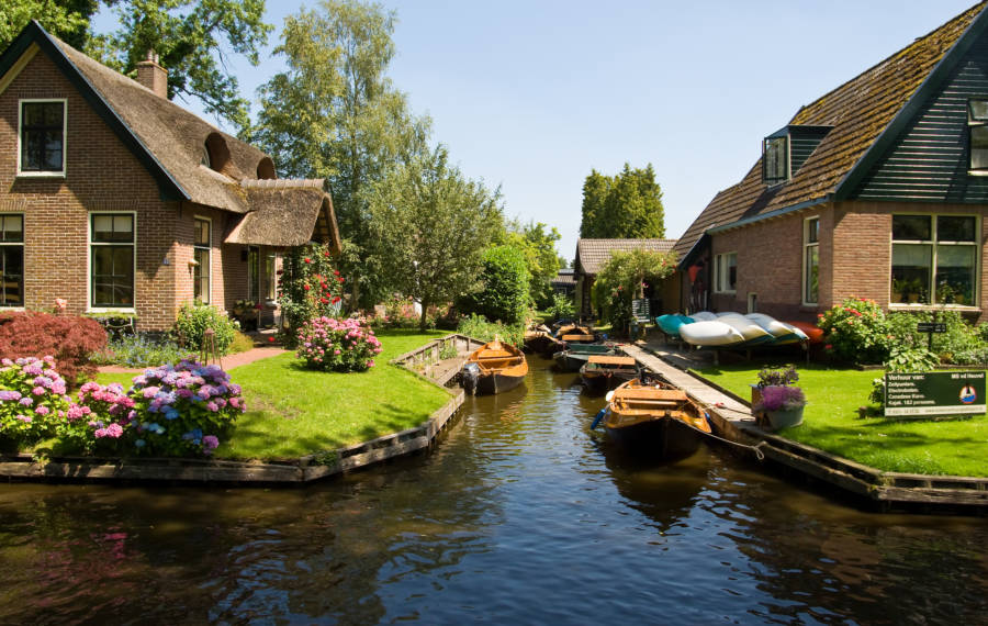 giethoorn-lots-of-boats